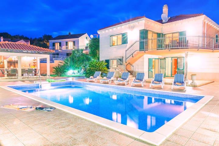 Villa 3 Palms family villa with pool
