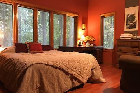 Library-style bedroom - DeKalb - Hus