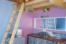 Votre couchage en mezzanine en pin massif accessible avec une échelle de meunier confortable