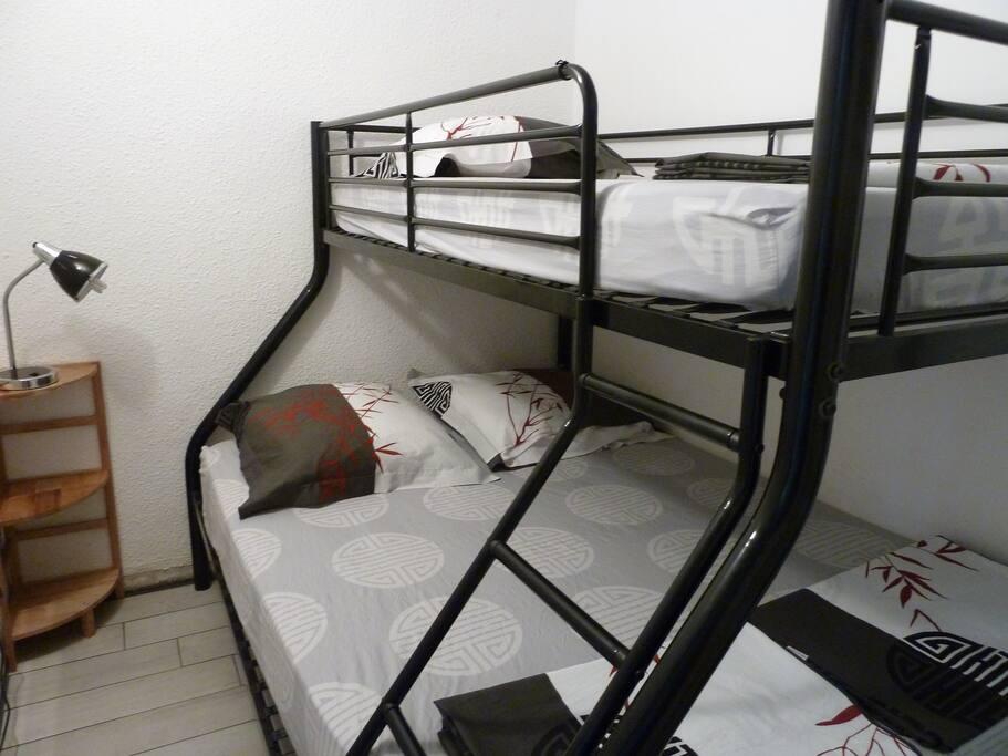 coin nuit avec couchage en 140x190 en bas et 90x190 en haut