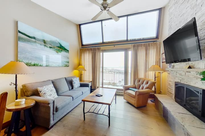 Top-Floor Condo w/ Great Mountain Views, a Shared Pool, Hot Tubs, & Gym!