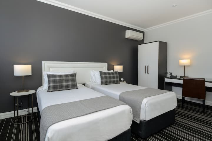 Perouse Lodge - Twin Room