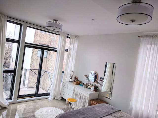 Sun-drenched, airy apartment in Brooklyn!