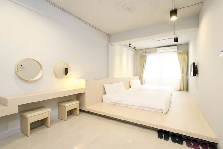 **Whole apartment has 2 bathroom, 3 min to MRT