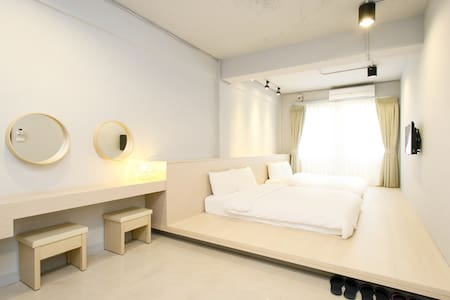 **Whole apartment has 2 bathroom, 3 min to MRT