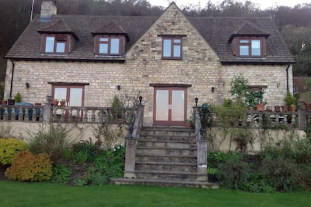 St. Margarets . executive Cotswold stone house. - House