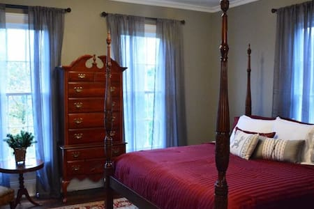 Private Room at The Wynne House Inn - Holly Springs