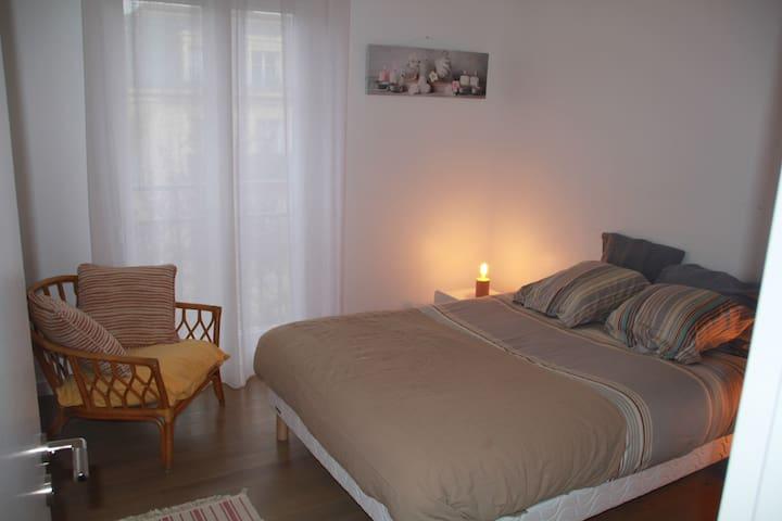 Chambre 2 avec lit double, et placard.