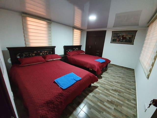 Segunda habitación, con dos camas dobles, muy cómodas, todas las habitaciones con buena iluminación.