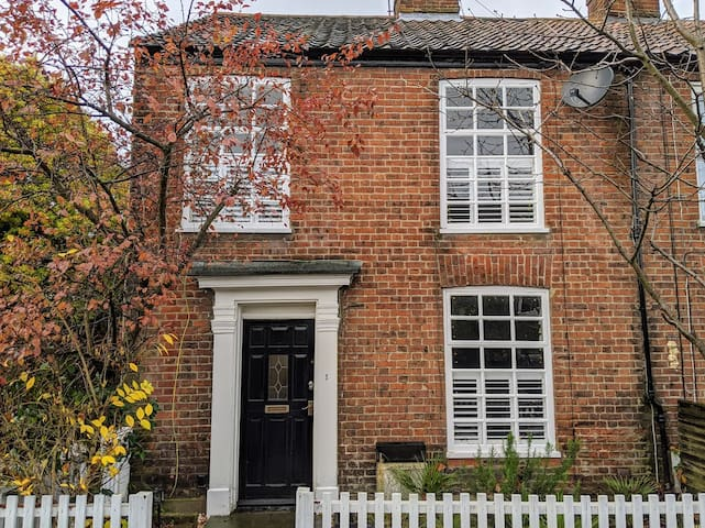 Modern 2 bed end-of-terrace house, Golden Triangle