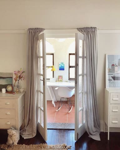 Cozy and light bedroom in the heart of Newtown