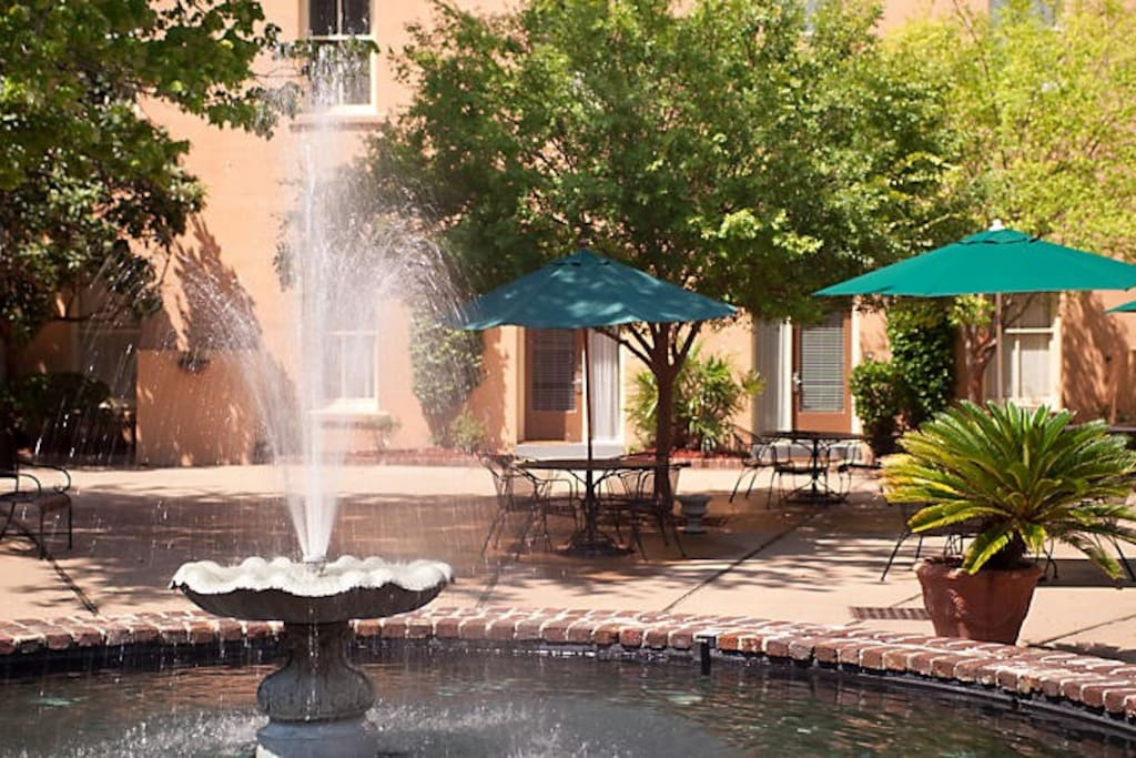 Relax after sightseeing in the beautiful fountain. courtyard.