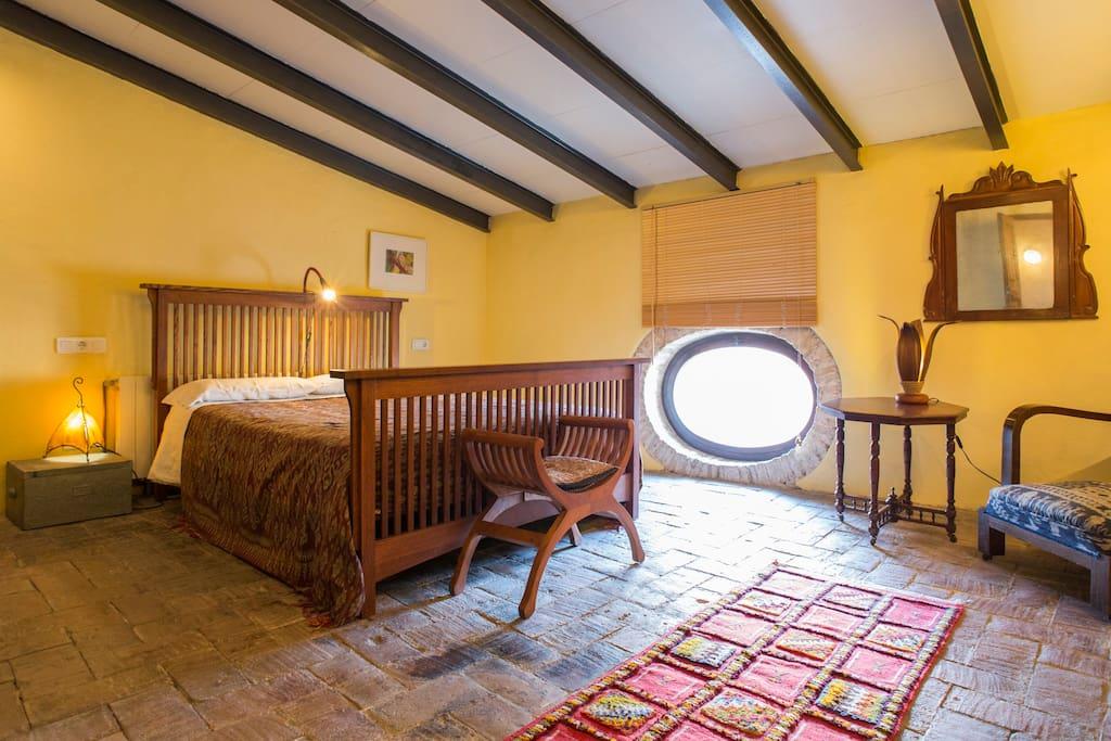 rustikaler charme im dachgeschoss bed breakfasts zur miete in vilanova i la geltr. Black Bedroom Furniture Sets. Home Design Ideas