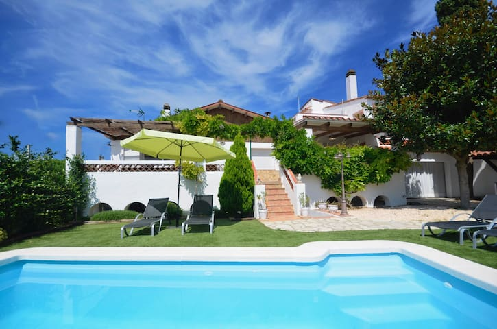 Village house with private pool in Begur center