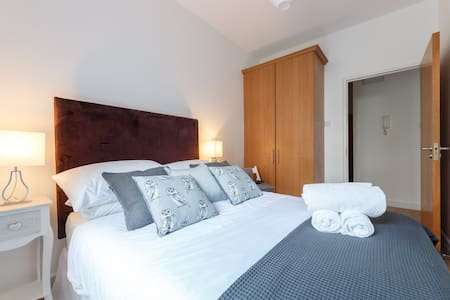 M Luxurious Quiet New Refurbished IFSC 2 Bed Apt.M