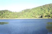 La Laguna verde se encuentra sólo 10 kms. en vehículo o a 1 hora a pie, practicando senderismo.