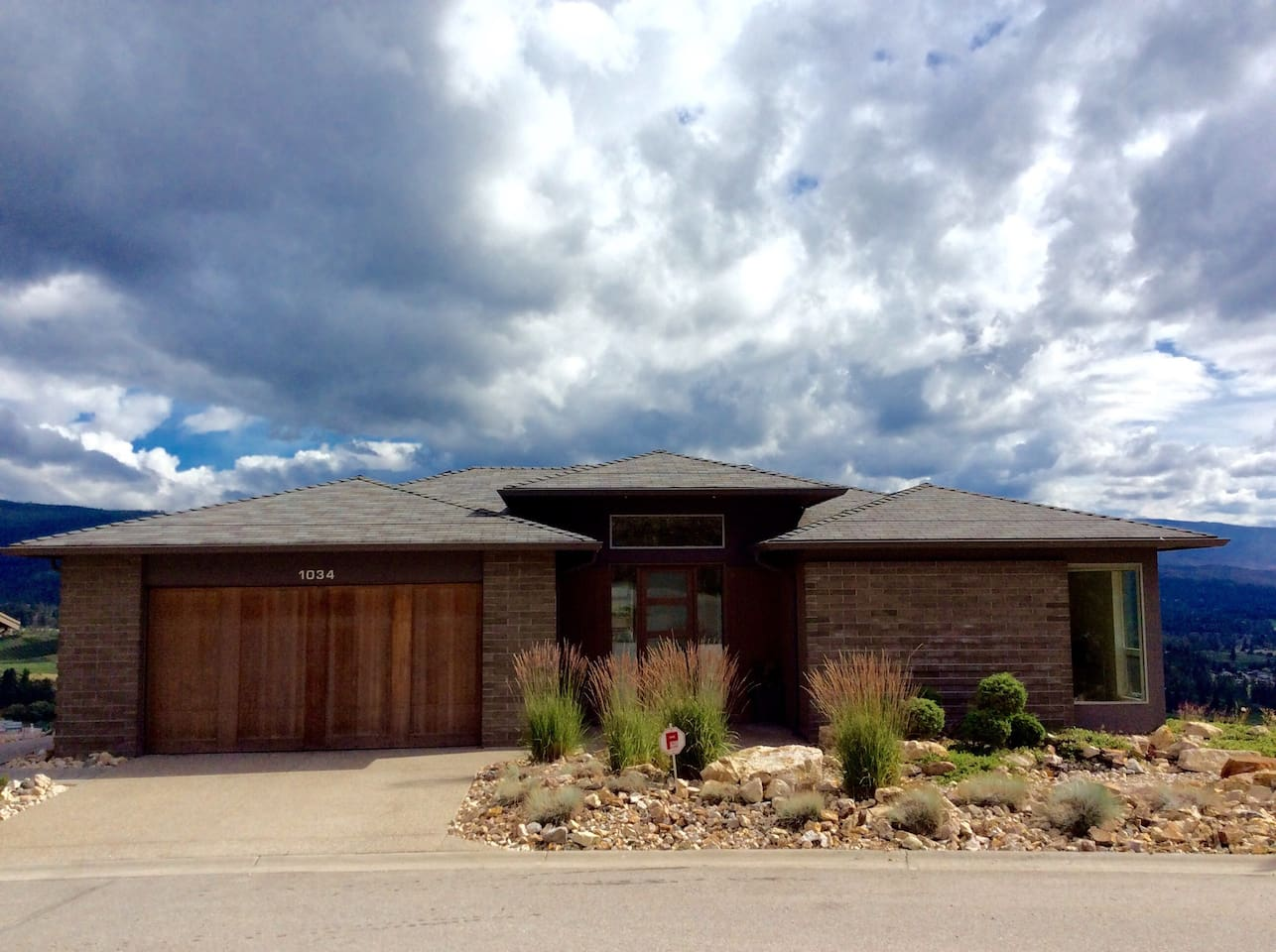 Stunning Walk-out Rancher, with amazing views!