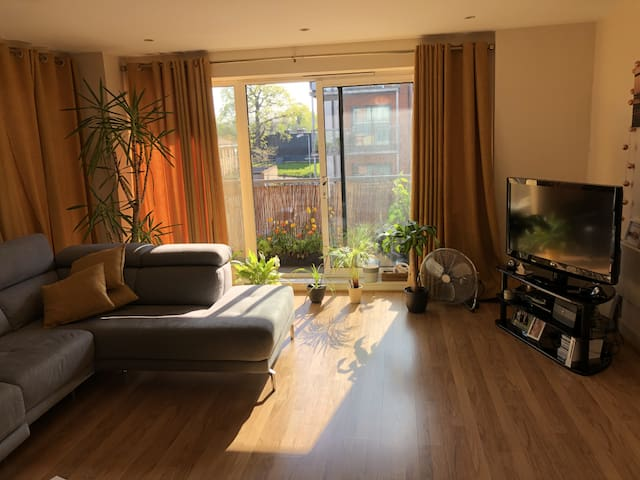 Modern 2 Bed mins away from Central by train