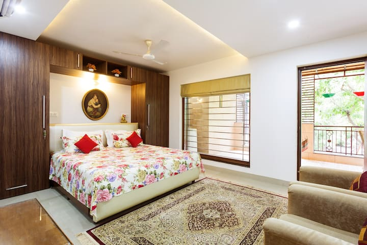 """Garden View Room"" Near Airport - Just 10 Mins. - New Delhi - House"