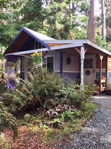 Purple Cottage Studio with adjacent bath house!