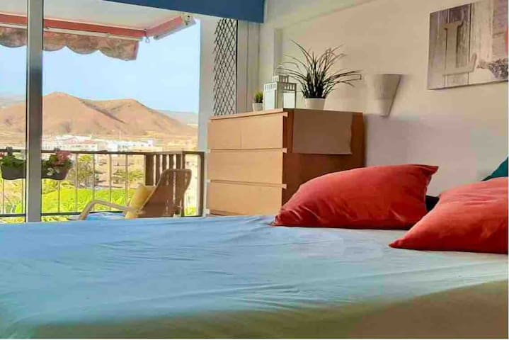 Bright bedroom with blinds to cover the morning sunshine to get a proper rest. With a confortable king size bed and beautiful mountain views.