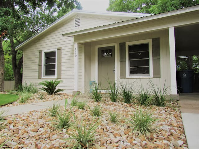 Kiki's Cottage-3 bd/1 bath, DOWNTOWN Marble Falls