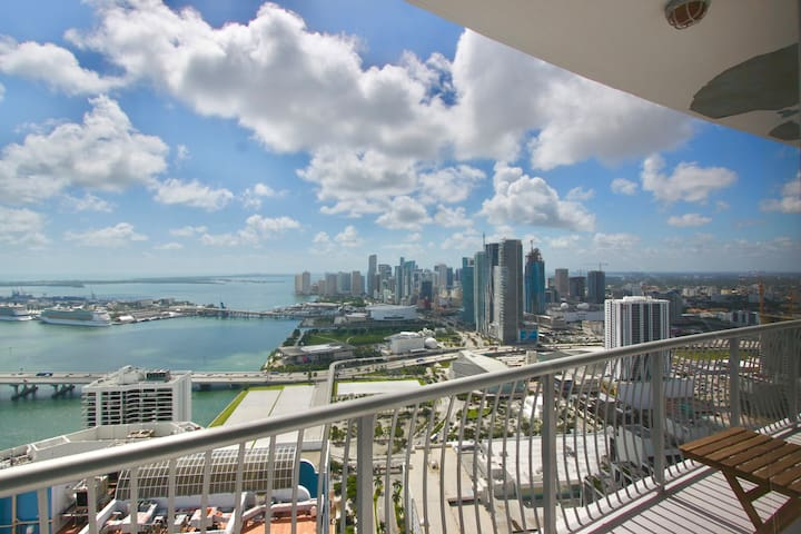 PENTHOUSE Ocean View Condo - FREE parking, pool