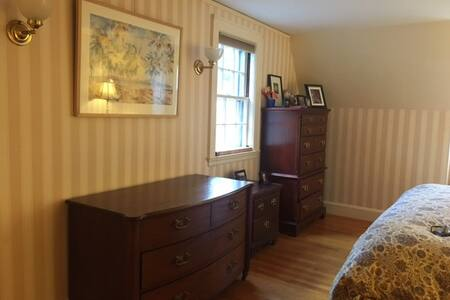 Beautiful bedroom with king bed & private bathroom - Winchester - House