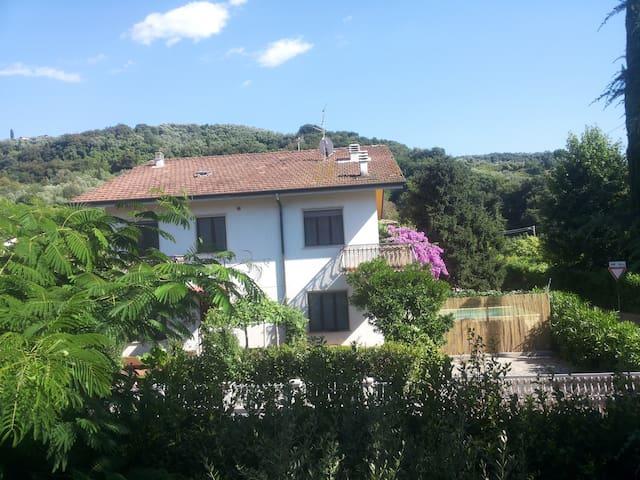 Villa Linda CASA DI CAMPAGNA CON PISCINA GIARDINO - Stiava - วิลล่า
