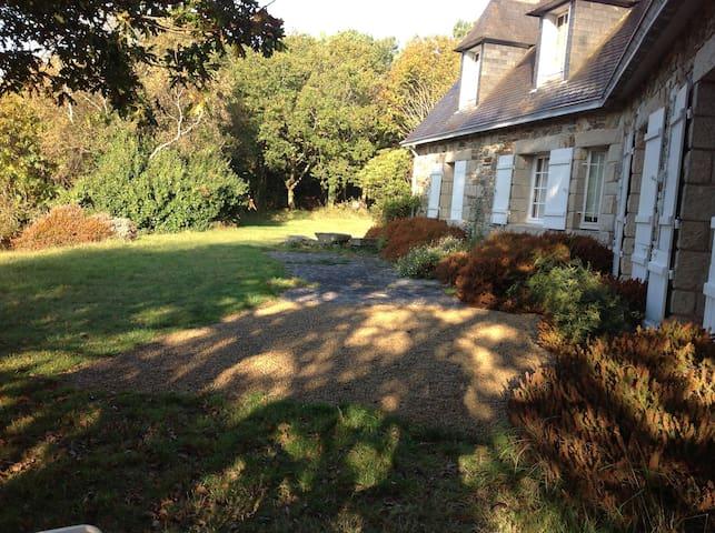 Maison familiale en granite, parc de 6ha - Plomodiern - Ev