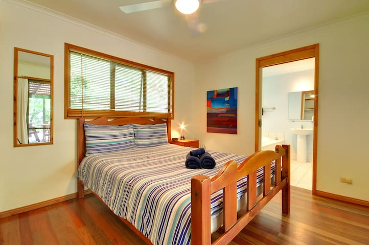 A Queen-size Double Room with Ensuite and a Double Spa at Planula