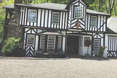 Tudor Cottage In Heart of Bedford