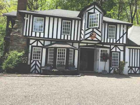 Tudor Cottage In Heart of Bedford