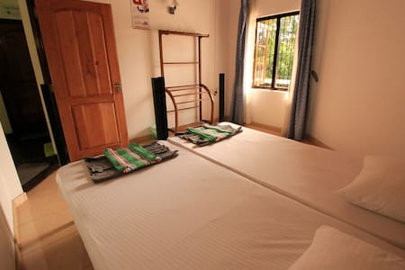 Twin Bedroom with Fan - Rumah