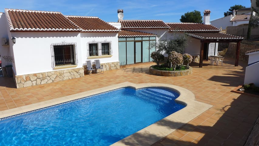 Beautiful villa with swimming pool - Ador - Huvila