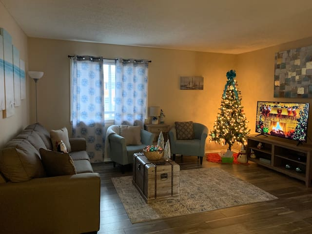 The Cottage: Minutes from the Plaza Lights!