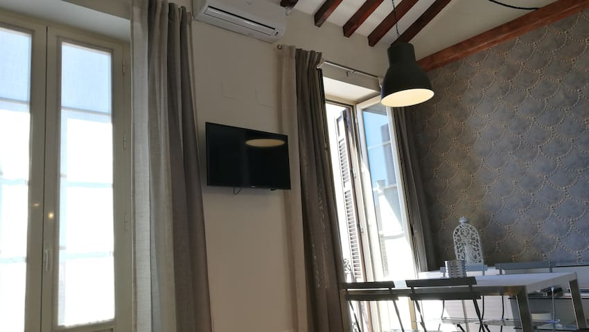 Vista de los ventanales y Smart TV de pantalla plana y 36 pulgadas (Netflix incluido)