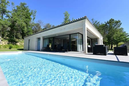 Beautiful modern 3 bedroom Golf Villa with AC on the wine tourist routes