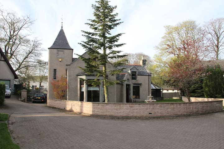 Grand 6 Bed Scottish Baronial House - Westhill - House
