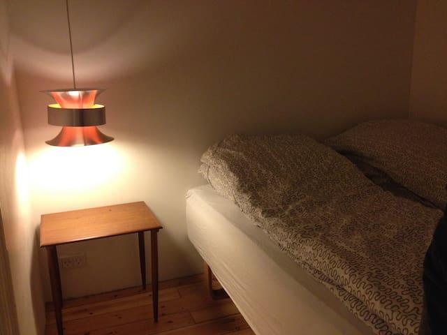 Room 3: Queensize bed 140x200cm