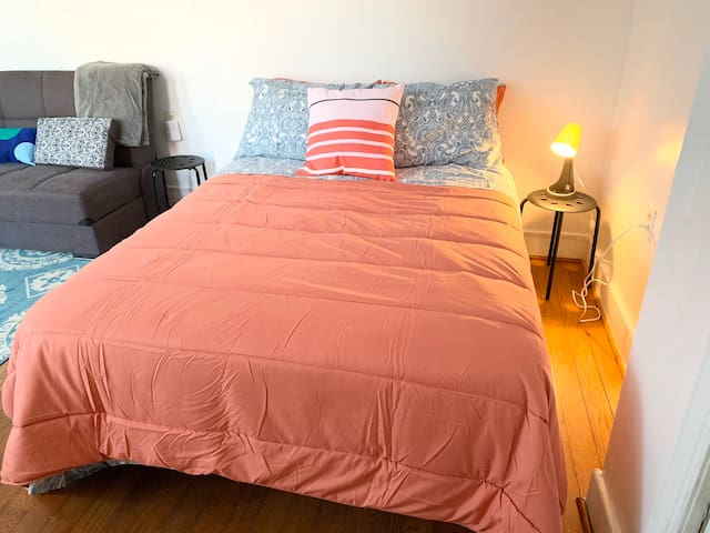 Large room w/ full & sofa bed, trolley to city