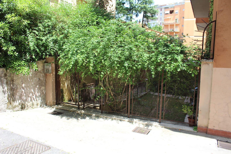 L'ingresso dalla via Senafè (13) nel giardino