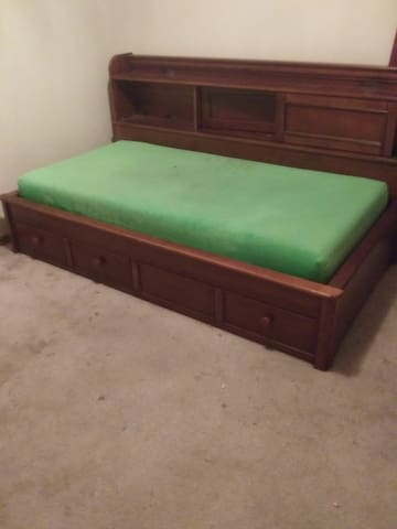 Private bedroom with twin bed in quiet home $450