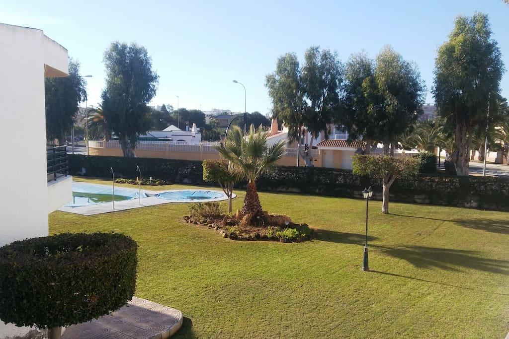 Casa de dos plantas en Residencial, en el centro de la Urbanización de Roquetas de Mar. A 5 min de la playa, dando un paseo.