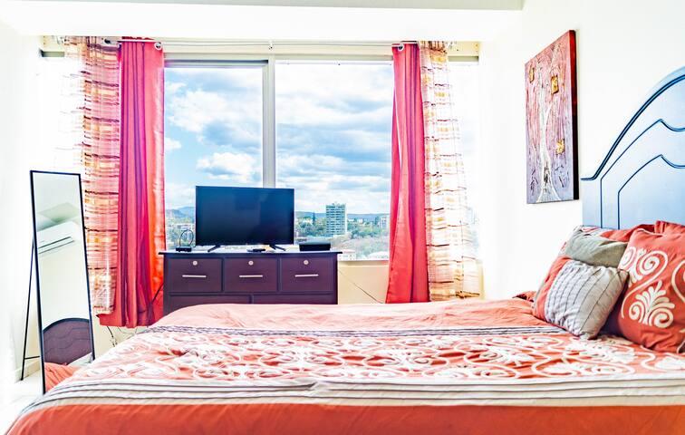 Habitación secundaria totalmente equipada, con televisor, y una cómoda cama queen.   Fully equipped master bedroom, with TV, and a comfortable queen bed.