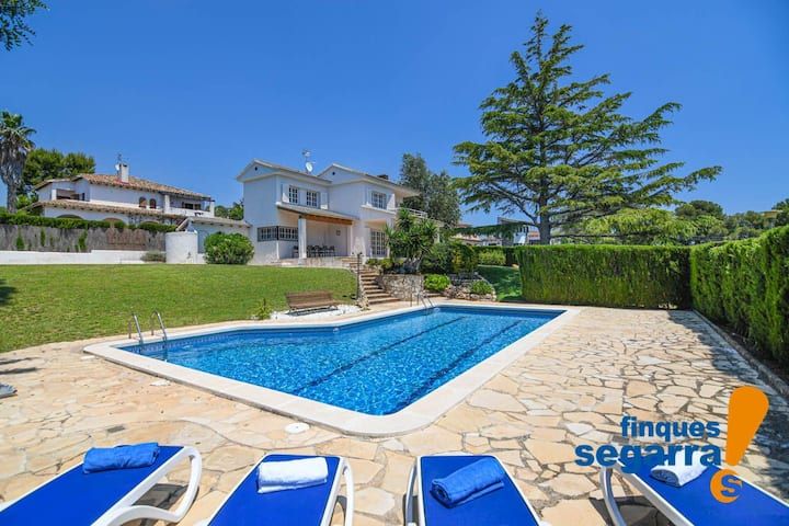 Private villa with garden, pool and basketball court