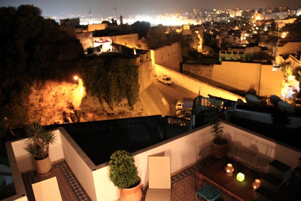 La terrasse et les remparts de nuit