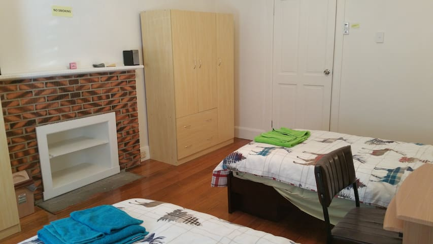 Furnished QUEEN room near public train in N.Coburg - Coburg North - House