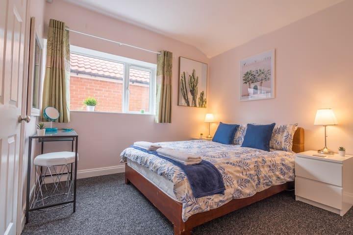Beautiful en-suite double room in York. Parking