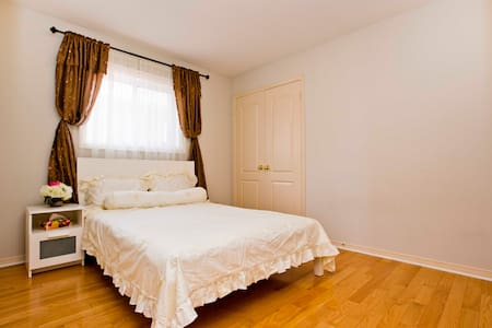 A  Private Bedroom in a clean house - Richmond Hill